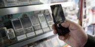 648x415_vendeur-presente-telephone-mobile